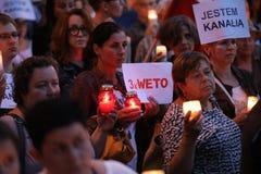 Los millares de opositores del gobierno protestaron en Cracovia contra nuevas reformas judiciales y planes futuros para cambiar e Imagenes de archivo