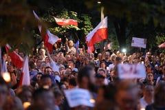Los millares de opositores del gobierno protestaron en Cracovia contra nuevas reformas judiciales y planes futuros para cambiar e Imagen de archivo