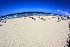 Los millares de turistas están disfrutando de las glorias resisten y las playas maravillosas en el paraíso de las personas que pr fotografía de archivo
