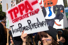 Los millares marchan contra el acuerdo comercial de TPP en Auckland - nuevo Ze Foto de archivo libre de regalías