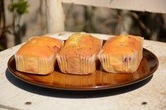 Los mini panes dulces recientemente cocidos en fondo de madera rústico imagenes de archivo
