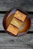 Los mini panes dulces recientemente cocidos en fondo de madera rústico fotografía de archivo