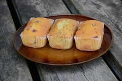 Los mini panes dulces recientemente cocidos en fondo de madera rústico imagen de archivo libre de regalías