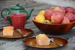 Los mini panes dulces recientemente cocidos en fondo de madera rústico imágenes de archivo libres de regalías