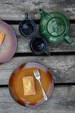 Los mini panes dulces recientemente cocidos en fondo de madera rústico foto de archivo