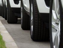 Los mismos vehículos alineados en la calle Punto de vista delantero imagen de archivo