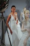 Los modelos aparecen en una tostada a Tony Ward: Una colección nupcial especial Imagen de archivo
