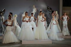 Los modelos aparecen en una tostada a Tony Ward: Una colección nupcial especial Fotografía de archivo