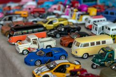 Los modelos azules del juguete del sedán de lujo no se unen a fotos de archivo