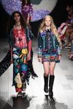 Los modelos caminan la pista para el desfile de moda de Anna Sui Foto de archivo
