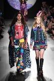 Los modelos caminan la pista para el desfile de moda de Anna Sui Imagen de archivo