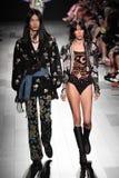 Los modelos caminan la pista para el desfile de moda de Anna Sui Fotografía de archivo