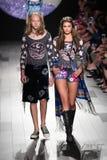 Los modelos caminan la pista para el desfile de moda de Anna Sui Imágenes de archivo libres de regalías