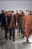 Los modelos caminan la pista que lleva a Perry Ellis Fall 2015 Foto de archivo