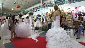 Los modelos con el vestido de boda se alinean la alfombra roja en la feria nupcial almacen de metraje de vídeo