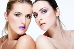 Los modelos de manera hermosos con por completo componen. Fotos de archivo
