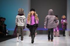 Los modelos del niño recorren la prolongación del andén Fotografía de archivo libre de regalías