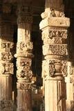 Los modelos florales y geométricos fueron esculpidos en los pilares de una galería en Qutb minar en Nueva Deli (la India) Fotos de archivo libres de regalías