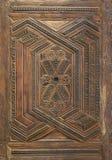 Los modelos grabados geométricos y florales de Mamluk diseñan la hoja adornada de madera de la puerta fotografía de archivo libre de regalías