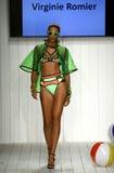 Los modelos honran la prolongación del andén en ropa de la nadada del diseñador durante el desfile de moda del Art Institute Imagenes de archivo