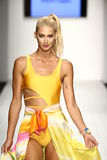 Los modelos honran la prolongación del andén en ropa de la nadada del diseñador durante el desfile de moda del Art Institute Fotos de archivo