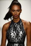 Los modelos honran la prolongación del andén en ropa de la nadada del diseñador durante el desfile de moda del Art Institute Foto de archivo