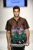 Los modelos honran la prolongación del andén en ropa de la nadada del diseñador durante el desfile de moda del Art Institute Imagen de archivo