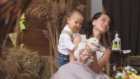 Los modelos miman e hijo con el conejito de pascua almacen de video