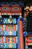 Los modelos pintados y esculpidos adornan una puerta (China) Foto de archivo libre de regalías