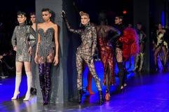 Los modelos presentan en la pista durante Blonds febrero de 2017 Imagen de archivo libre de regalías