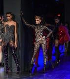 Los modelos presentan en la pista durante Blonds febrero de 2017 Imagen de archivo