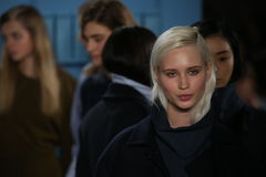 Los modelos presentan en la pista en el desfile de moda de Tibi durante semana de la moda de Nueva York Fotos de archivo libres de regalías