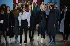 Los modelos presentan en la pista en el desfile de moda de Tibi durante semana de la moda de Nueva York Imagen de archivo