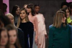 Los modelos presentan en la pista en el desfile de moda de Tibi durante semana de la moda de Nueva York Fotos de archivo