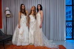 Los modelos presentan en la presentación de la colección de Henry Roth Bridal Spring 2016 Foto de archivo