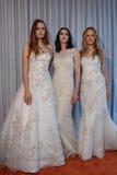 Los modelos presentan en la presentación de la colección de Michelle Roth Bridal Spring 2016 Foto de archivo libre de regalías
