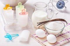 Los moldes plásticos de la forma del polo del helado se colocan en el soporte de plexiglás, ingredientes para cocinar Imagen de archivo
