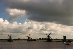 Los molinoes de viento contienen barreras en el Mar del Norte peterson Países Bajos Foto de archivo