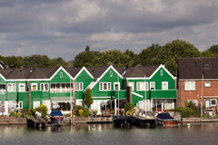 Los molinoes de viento contienen barreras en el Mar del Norte peterson Países Bajos Imagenes de archivo
