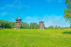 Los molinoes de viento en el prado en Suzdal Imagen de archivo libre de regalías