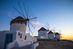 Los molinoes de viento famosos de Mykonos en la puesta del sol, Grecia Imagen de archivo