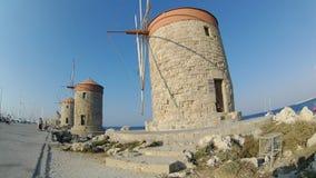 Los molinoes de viento históricos de Mandraki en Rhodes Town, mar Mediterráneo, Rhodes Island almacen de metraje de vídeo