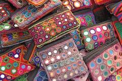 Los monederos cosméticos del monedero son brillantes y coloridos con el parte movible del espejo imagen de archivo libre de regalías
