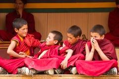 Los monjes agitados de los muchachos en el Cham bailan Festiva en Lamayuru foto de archivo