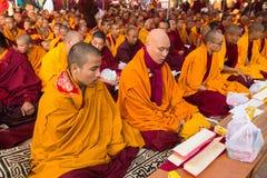 Los monjes budistas acercan al stupa Boudhanath durante Puja festivo de la reencarnación de H.H. Drubwang Padma Norbu Rinpoche fotos de archivo