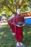 Los monjes budistas empiedran las estatuas reman en la cueva de Thaung de ka de Kaw, Hpa-an, Myanmar fotografía de archivo