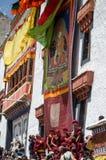 Los monjes budistas revelan el Thangka- una pintura budista tibetana de Lord Padmashambhava imagen de archivo libre de regalías