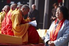 Los monjes chinos que leen escritura adentro ruegan evento Imágenes de archivo libres de regalías