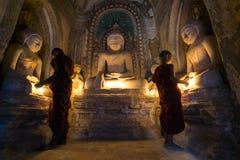 Los monjes del niño ruegan dentro de una pagoda - Bagan, Myanmar Foto de archivo