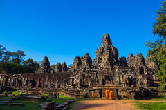 Los monjes en las caras de piedra antiguas del templo de Bayon, Camboya Fotos de archivo libres de regalías